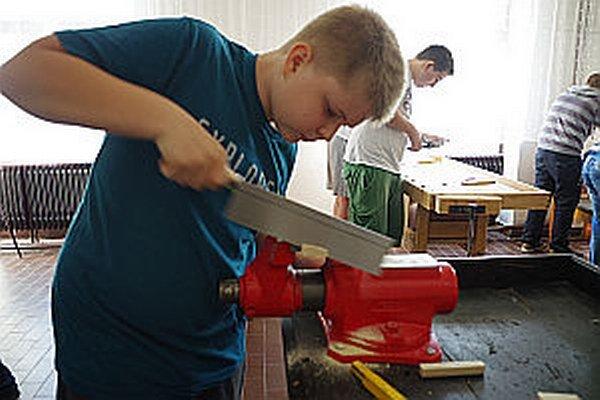 Chlapci majú radi prácu v dielňach. Na súťaži neboli radi, keď sme ich pri práci vyrušovali.