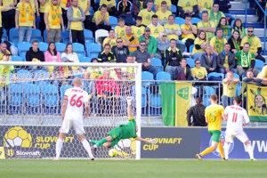Žilinský brankár Martin Volešák inkasuje gól.