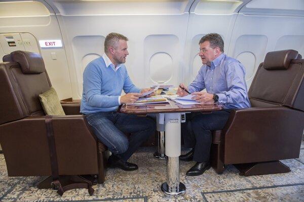 Predseda vlády SR Peter Pellegrini a minister zahraničných vecí a európskych záležitostí Miroslav Lajčák počas letu vládnym špeciálom na pracovnú cestu do Spojených štátov.