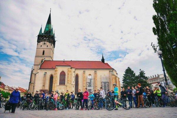 Kampaň Do práce na bicykli podporilo mnoho mladých.
