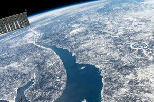 Vpravo: Dopadový kráter Manicouagan v kanadskom Quebecu je jednou z mnohých pripomienok, že aj na Zem dopadajú veľké asteroidy.