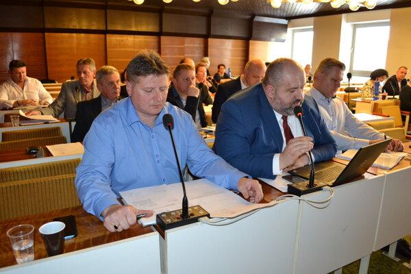 Poslanec Dušan Hačko (v prvom rade v strede) sa vyslovil proti sociálnemu podniku.