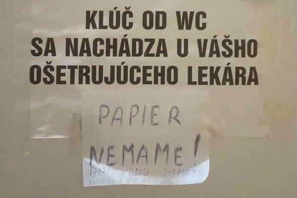 Pacienti stoja pri návšteve toalety pred dilemou: Zaklopať na dvere s nápisom Neklopať?