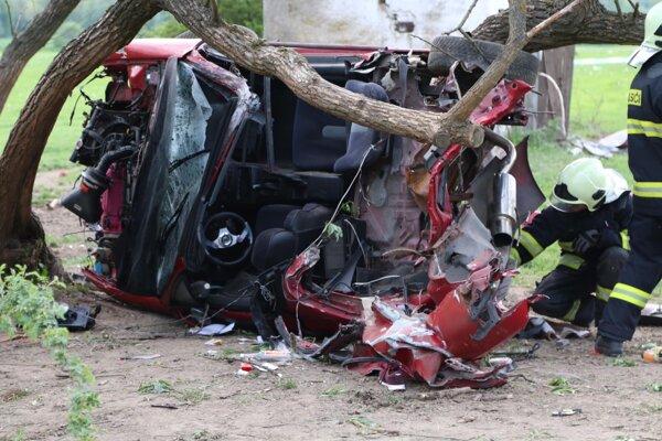 Ženu aj muža vymrštilo pri náraze z auta, neprežili.