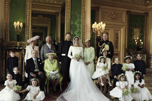 Oficiálna svadobná fotografia britského princa Harryho a Meghan Markleovej.
