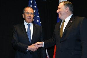 Mike Pompeo (vpravo) sa vo Fínsku stretol s ruským ministrom zahraničia Sergejom Lavrovom.
