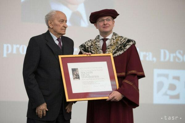 Na snímke zľava nositeľ čestného titulu Magnum Decus Universitas Ján Findra a rektor Univerzity Mateja Bela (UMB) počas akademickej slávnosti pri príležitosti 25. výročia založenia UMB a otvorenia akademického roka 2017/2018 v Banskej Bystrici 3. októbra 2017.