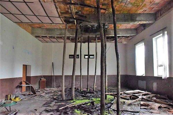 Toto je bývalá kinosála v budove obecného úradu v Konrádovciach. Dedina už roky márne volá po pomoci na jeho rekonštrukciu.