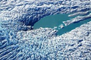 Jazero na povrchu ľadovca - supraglaciálne jazero. Je vytvorené z topiaceho ľadu a snehu.