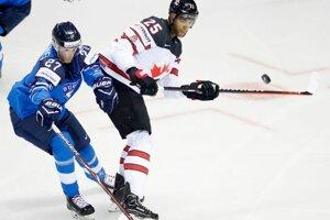 Eetu Luostarinen (vľavo) bráni Darnella Nursa v zápase proti Kanade na MS v hokeji 2019.