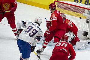 Thomas Valkvä Olsen (93) strieľa gól v zápase Ruska proti Nórsku na MS v hokeji 2019.