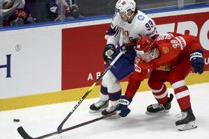 Thomas Valkvä Olsen (vľavo) v súboji s Michaiľom Sergačovom v zápase Ruska proti Nórsku na MS v hokeji 2019.