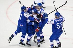 Domáci hokejisti sa tešia v zápase Slovensko - USA na MS v hokeji 2019.