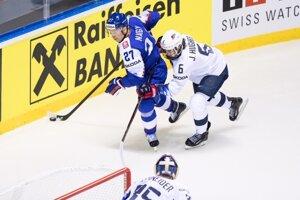 Ladislav Nagy (vľavo) v súboji s Jackom Hughesom v zápase USA - Slovensko na MS v hokeji 2019.