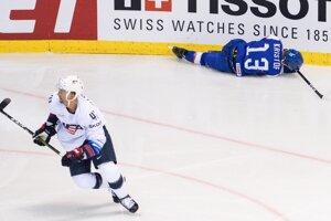 Michal Krištof (na ľade) po tvrdom zákroku v zápase USA - Slovensko na MS v hokeji 2019.