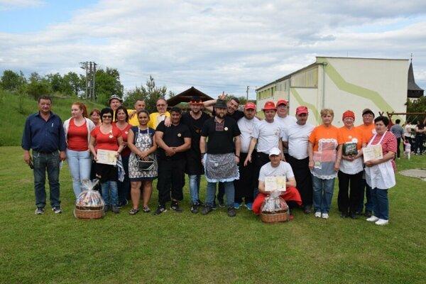 Všetky súťažné tímy aj so starostom Jánom Melicherom (úplne vľavo)