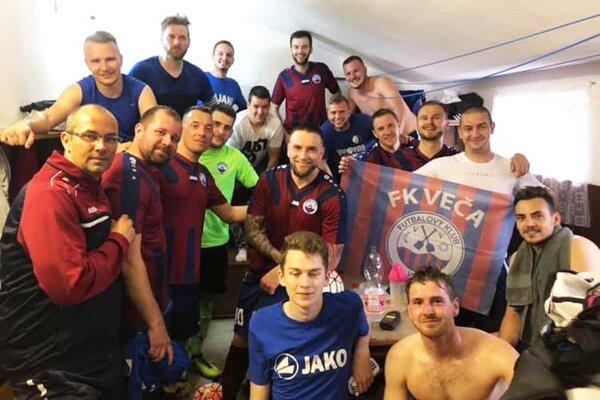 Futbalisti Veče uhrali v Seliciach remízu 4:4 po divokom priebehu.