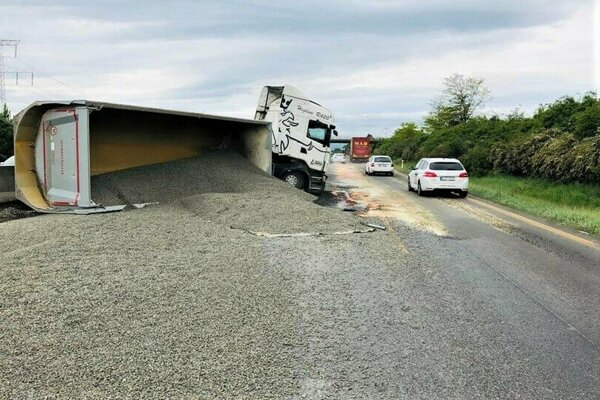 Na diaľnici D1 za Sencom smerom do Bratislavy sa prevrátil kamión, ktorý blokuje dva jazdné pruhy.