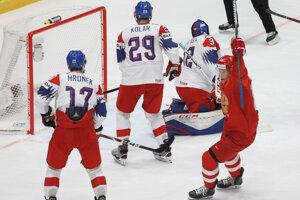 Sergej Andronov (vpravo) oslavuje gól v zápase Rusko - Česko na MS v hokeji 2019.
