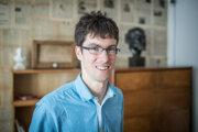 Emil Haas (28) vyštudoval ekonomickú a finančnú matematiku na Fakulte matematiky, fyziky a informatiky Univerzity Komenského v Bratislave. V roku 2015 spolu s Michalom Mesárošom založil spoločnosť Brainteaselava, ktorá dnes okrem escape roomov prevádzkuje aj ďalšie hry ako City Game a Mystery Dinner. V apríli 2019 bol členom slovenského tímu, ktorý vyhral svetový šampionát v escape roomoch v Londýne organizovaný spoločnosťou Red Bull.