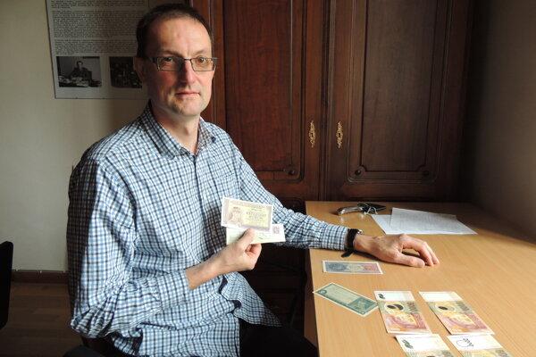 Martin Chmelík z NBS - Múzea mincí a medailí ukazuje bankovky so Štefánikom.