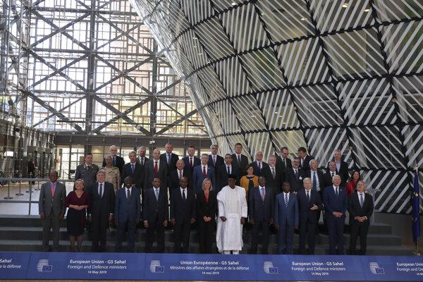 Na snímke minister obrany SR Peter Gajdoš (stredný rad druhý sprava) pózuje s ďalšími politikmi na zasadnutí Rady EÚ pre zahraničné veci venované otázkam obrany v Bruseli.