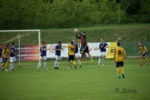 Lopta v rukách brankára KFC Mateja Slávika. Jeho mužstvo zdolalo Inter 3:1.