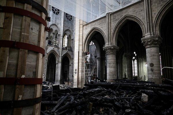 Na snímke interiér katedrály Notre-Dame poškodenej nedávnym požiarom počas prípravných prác  v Paríži 15. mája 2019.