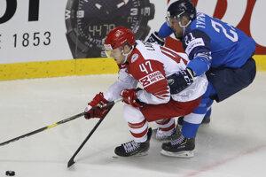 Juhani Tyrvainen a Oliver Larsen v súboji počas zápasu Fínsko - Dánsko na MS v hokeji 2019.