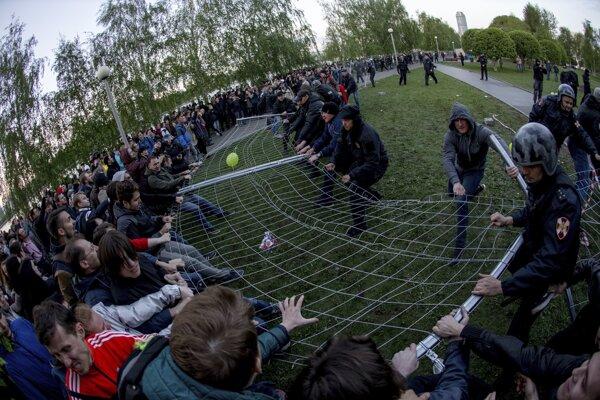 Na snímke demonštranti sa pokúšajú zvaliť plot počas protestu proti výstavbe pravoslávneho chrámu na nábreží v centre Jekaterinburgu.