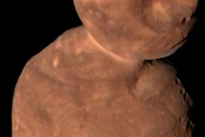 Záber objektu Arrokoth získaný pri prelete na začiatku roka 2019. Fotografia má zvýraznené farby, ktoré sa približujú k tomu, ako by objekt videlo ľudské oko.