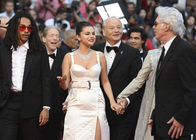 Selena Gomez v outfite od Louis Vuitton, ktorý cituje Madonnu z roku 1991