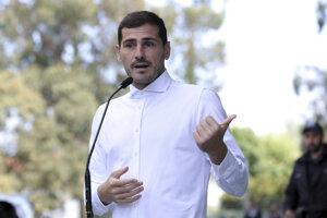 Iker Casillas hovorí s novinármi po prepustení z nemocnice v portugalskom Porte 6. mája 2019.