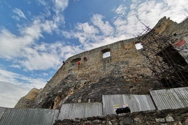 Práce sú vykonávané v rámci prvej etapy projektu Rekonštrukcia Spišského hradu, Románsky palác a západné paláce.