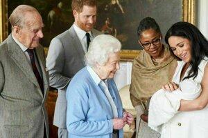 Kráľovná Ažbeta II. sa zoznamuje so svojim pravnukom Archiem.