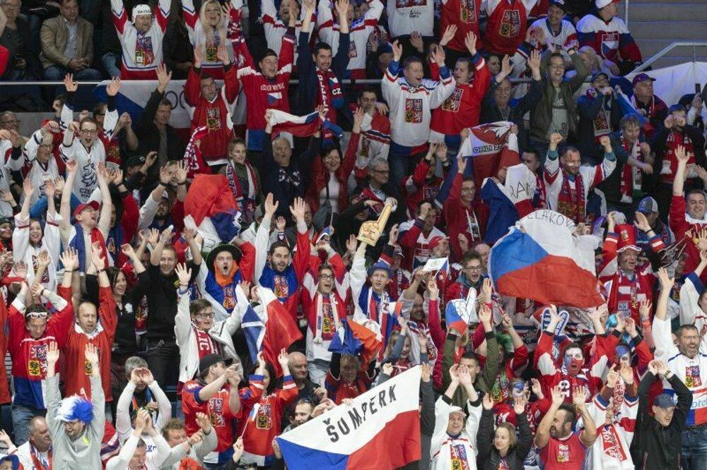 25e9dc683d21c Mexická vlna medzi českými fanúšikmi v zápase základnej B-skupiny Česko -  Taliansko na MS v hokeji 2019.