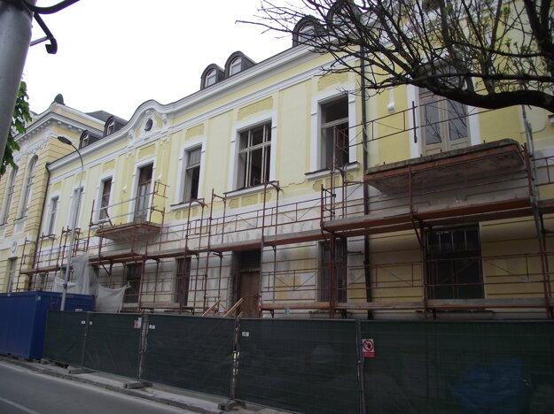 Západné krídlo na Jesenského ulici.