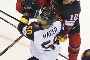 Kanaďan Tyson Jost vráža do Patricka Hagera.
