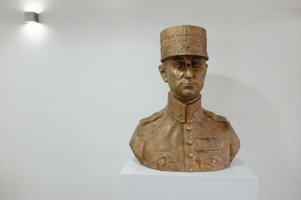Socha generála Milana Rastislava Štefánika vystavená vo vestibule Tatranskej galérie.