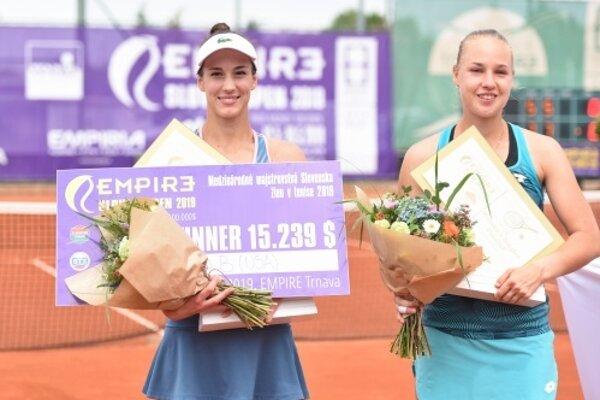 Na snímke zľava víťazka turnaja Empire Slovak Open 2019 Bernarda Pera (USA) a finalistka Anna Blinková (RUS) po skončení finálového zápasu v nedeľu 19. mája 2019.