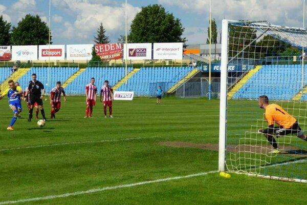 Oleg Višnevskij práve premieňa pokutový kop a dáva víťazný gól FC Košice proti Stropkovu.