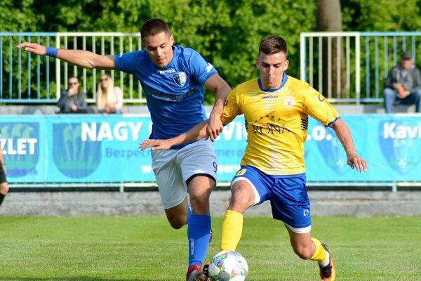 Gabčíkovo vyhralo štvrtý zápas v rade, opäť sa strelecky presadil Ladislav Tóth (v modrom).