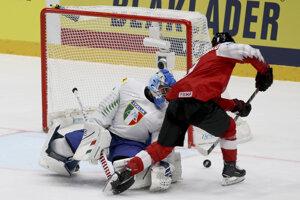 0d8a0363f0002 Momentka zo zápasu Rakúsko - Taliansko na MS v hokeji 2019.