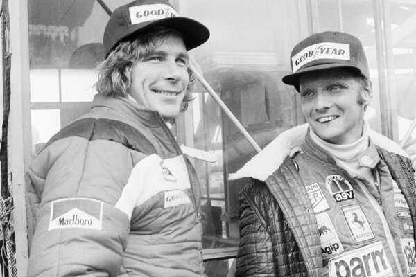 Niki Lauda (vpravo) a jeho rival James Hunt pred štartom Veľkej ceny Japonska 24. októbra 1976.