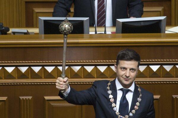 """Zelenskyj počas slávnostnej ceremónie v parlamente prisľúbil, že bude chrániť """"zvrchovanosť a nezávislosť Ukrajiny""""."""