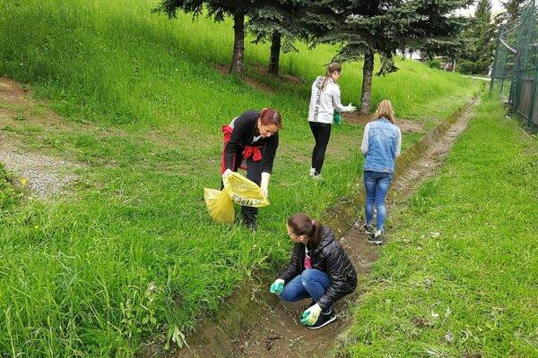 Dobrovoľníci od pondelka upratujú mestá Prešovského kraja.
