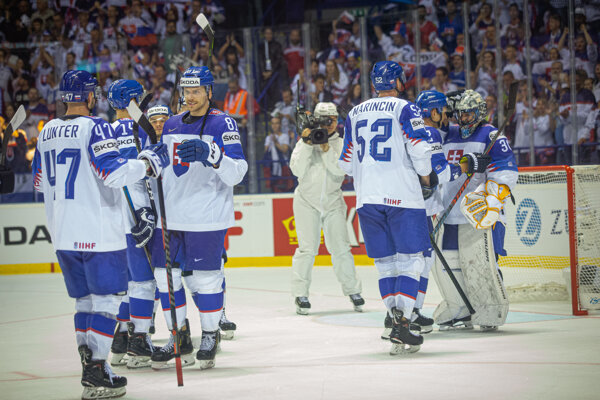Slovenskí hokejisti po zápase Slovensko - Veľká Británia na MS v hokeji 2019.