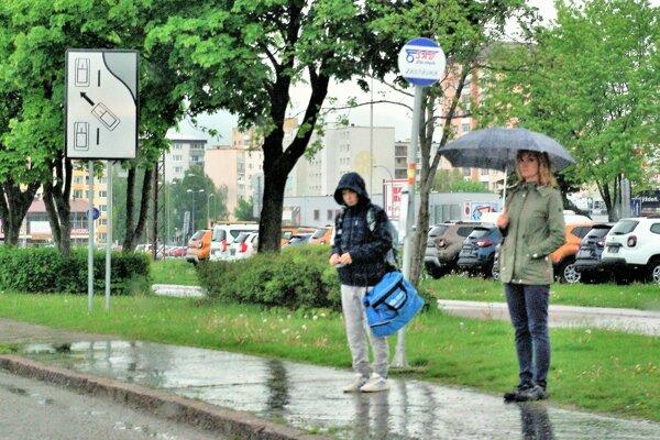 V prípade zlého počasia sa cestujúci nemajú kam schovať ani na Jilemnického ulici.