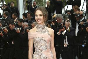 Modelka Natalia Vodianova pózuje fotografom počas príchodu na premiéru filmu La Belle Epoque