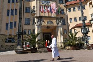Klient piešťanských kúpeľov prechádza pred hotelom Thermia Palace.